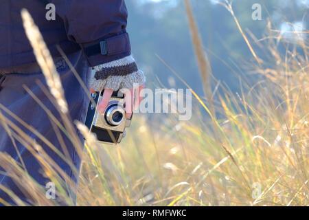 Personne tenant retro style caméra en main Photo Stock