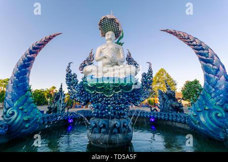 Fontaine à l'extérieur de Wat Rong Suea dix (Temple bleu) à Chiang Rai, Thaïlande, Asie du Sud, Asie Photo Stock