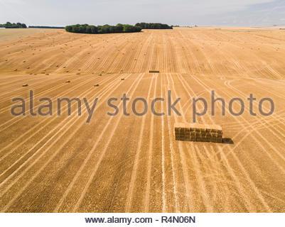 Paysage de l'antenne de l'été récolté du blé et d'orge de l'exploitation des champs et des bottes de paille Photo Stock