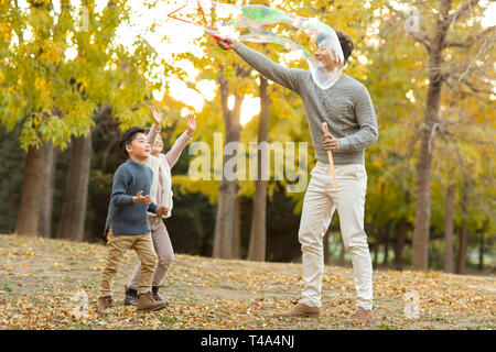 Happy young family Playing with bubbles en automne woods Photo Stock