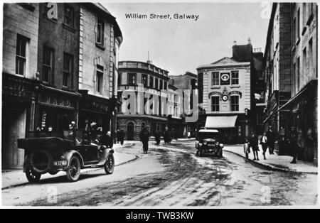 Avis de William Street, Galway, Irlande, avec de la neige au sol. Date: vers 1912 Photo Stock