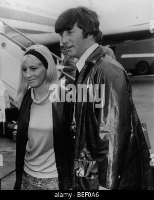 John Lennon avec sa première épouse Cynthia Powell en 1967. Photo Stock