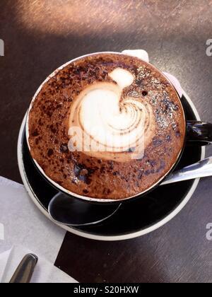 Photo d'une tasse de café avec un design apple dans la mousse Photo Stock