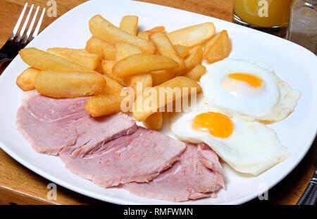 Jambon, œufs et des frites on white plate Photo Stock