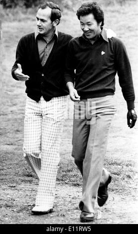 Oct 12, 1979; Wentworth, en Écosse; la star du golf japonais Isao Aoki a fait un trou dans l'un à la cour 155 deuxième trou pendant le Suntory World Matchplay Championships à Wentworth aujourd'hui. Il lui a valu un 40 000 livres maison donnant sur le célèbre terrain de golf de Gleneagles en Ecosse, et 15 000 livres pour les fournir. C'est le plus grand prix de golf eveer a gagné en Grande-Bretagne. La photo montre l'adversaire de Aoki Australian DAVID GRAHAM met un bras autour de lui après sa superbe photo. Photo Stock