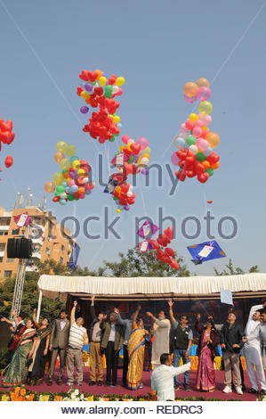 Les fonctionnaires du gouvernement du Gujarat presse ballons avec des cerfs-volants, tout en inaugurant le Festival International de Cerf-volant à Surat, en Inde, le 9 janvier 2013. Plus de 50 kitists ont participé à la fête qui a été organisée par l'office du tourisme du Gujarat. (Nirbhay Kapadia) Photo Stock