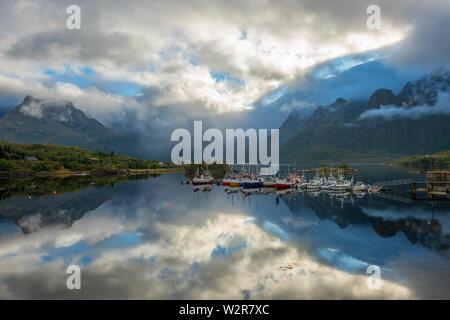 Bateaux amarrés près du village de reine, les îles Lofoten. Photo Stock