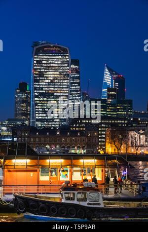L'Angleterre, Londres, Southwark, London Bridge City, le Pont de Londres Thames Clipper Riverboat Gare et sur les toits de la ville Photo Stock