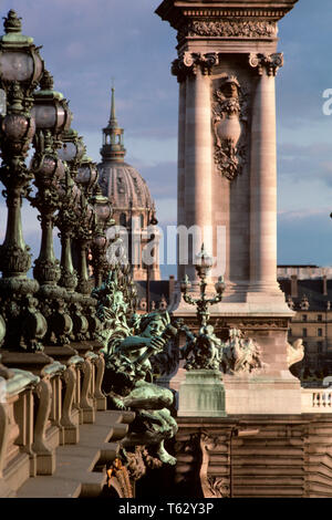 1980 Pont Alexandre III BAROQUE PONT SUR SEINE GRAND PALAIS EN ARRIÈRE-PLAN PARIS FRANCE - KR69026002 NET HARS CENTRES URBAINS Photo Stock