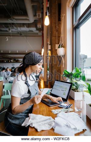 Propriétaire de restaurant recettes calcul Photo Stock