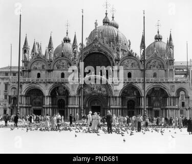 Années 1920 Années 1930 ST. La basilique Saint-marc PIAZZA SAN MARCO Venise Italie - r7306 HAR001 HARS TOURISTES VACANCES CRÉATIVITÉ BYZANTIN COUPOLES PIGEONS VACATIONS BASILIQUE ARCHES DÔMES NOIR ET BLANC HAR001 MONUMENT MARCO OLD FASHIONED PIAZZA PORTAL Photo Stock