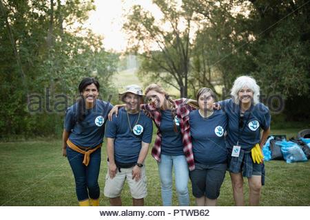 Portrait confiant volontaires dans park Photo Stock
