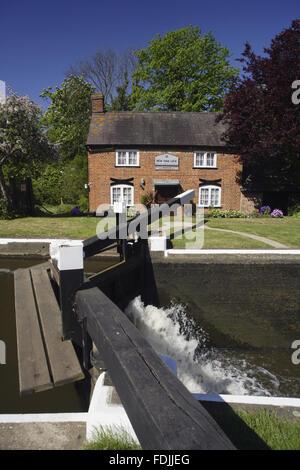 New Haw serrure et le keeper's Cottage sur la rivière Wey Navigations, Surrey. Photo Stock
