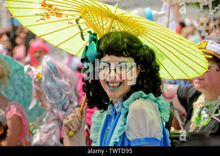 Participant Parade détient un parapluie jaune au cours de l'événement.La 37e parade annuelle de sirène a eu lieu à Coney Island, à New York. C'est la plus grande parade de l'art aux Etats-Unis et l'un des plus grands de la ville de New York les évènements de l'été. Photo Stock