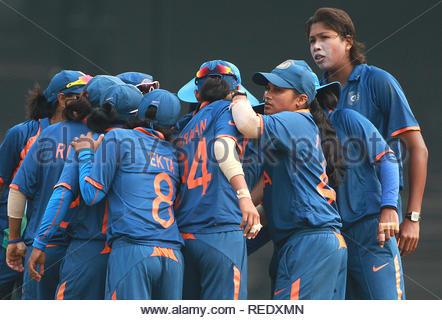 L'équipe de cricket de femmes indiennes célébrer après avoir obtenu un guichet à l'égard des femmes match de Coupe du Monde contre l'Angleterre à l'ICC dans Mumbai, Inde le 3 février. (Ramesh Nair) Photo Stock