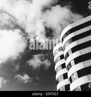 Photo en noir et blanc de bâtiments répartis sur un angle. Photo Stock