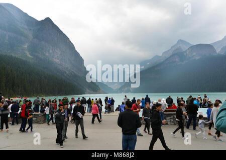 Des foules de touristes affluent à Lake Louise, Canadian Rockies Photo Stock
