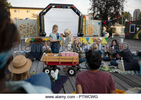 Pour la vente de pop-corn à foule en attente de film en parc pour commencer Photo Stock