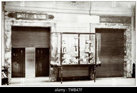 Volets Kinnear, utilisée pour la sécurité et la protection incendie à Dickins & Jones; department store, Londres, pour l'Ascenseur Hall avec ouvertures. Date: vers 1930 Photo Stock