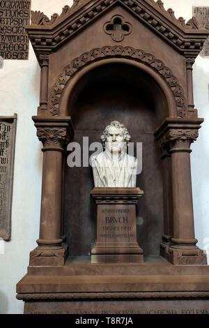 La France, Bas Rhin, Strasbourg, vieille ville classée au Patrimoine Mondial de l'UNESCO, Place Saint Thomas, Saint Thomas d'église, stèle de Jean-Frédéric Bruch, est mort en 1874, professeur de théologie Photo Stock