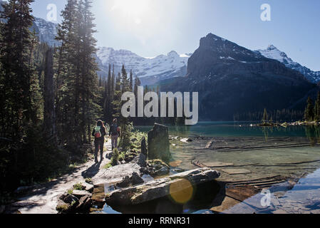 Les femmes de la randonnée le long du lac de montagne idyllique et paisible, Photo Stock