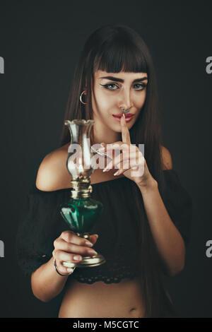 Silence dans l'obscurité. Portrait d'une femme Photo Stock