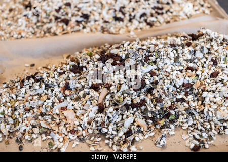 High angle close up d'un tas de noix, raisins et fruits secs. Photo Stock