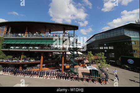 Wimbledon, Londres, Royaume-Uni. 2 juillet 2019. Ball Filles et garçons, le tournoi de Wimbledon 2019, 2019 Allstar Crédit: photo library/Alamy Live News Photo Stock