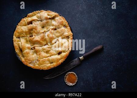 Tarte aux pommes avec des décors sur fond sombre Photo Stock