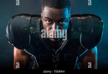 Portrait confiant, joueur de football portant des pads difficiles Photo Stock
