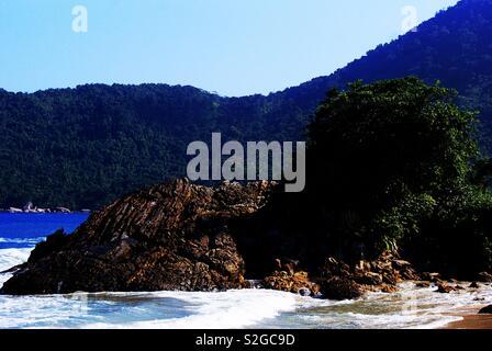 La vue incroyable est à partir de la plage de Trindade à Rio de Janeiro - Brésil Photo Stock