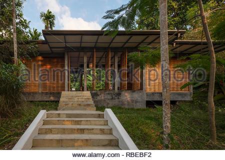 Escalier menant au bungalow. Jalakara Villa Hotel, Andaman et Nicoar, France. Architecte: Ajith Andagere, 2016. Photo Stock