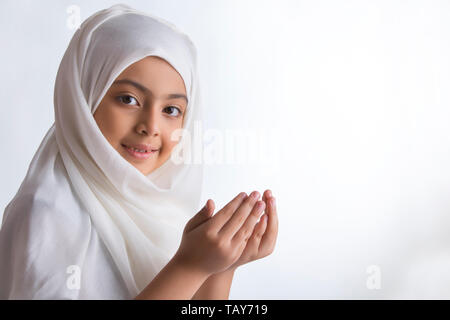 Jeune musulmane portant le hijab et prier Photo Stock