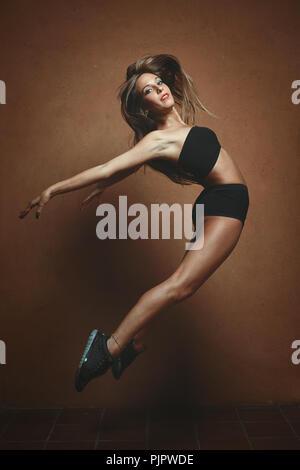 Danseuse moderne sauts. Gymnaste et aérobic Photo Stock