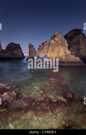 Ponta da Piedade piles et arches de mer capturés au crépuscule, le Portugal. Photo Stock
