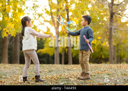 Deux enfants jouant avec des bulles Photo Stock