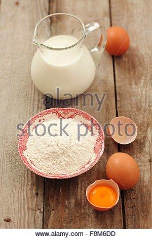 Ingrédients pour les crêpes: la farine, les oeufs et le lait Photo Stock