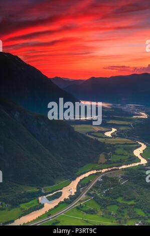 Soirée d'été dans la vallée de Romsdalen, Møre og Romsdal (Norvège). Photo Stock