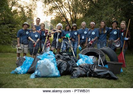Portrait confiant bénévoles, le nettoyage des ordures dans park Photo Stock