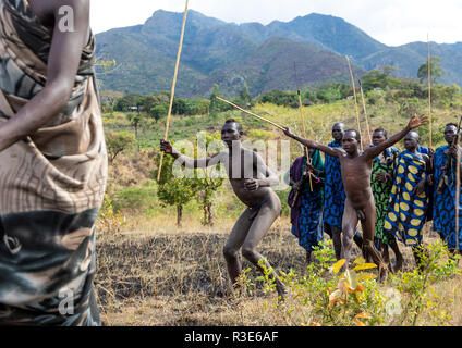 Les guerriers de la tribu Suri pendant un donga stick fighting rituel, vallée de l'Omo, Kibish, Ethiopie Photo Stock