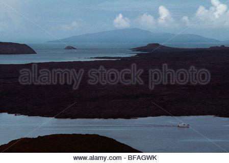 Bateau de tourisme, Sullivan Bay, Îles Galápagos Photo Stock