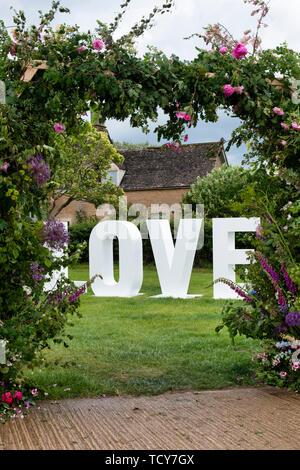Grand blanc des lettres d'amour à Daylesford Organic Farm festival d'été. Daylesford, Cotswolds, Gloucestershire, Angleterre Photo Stock