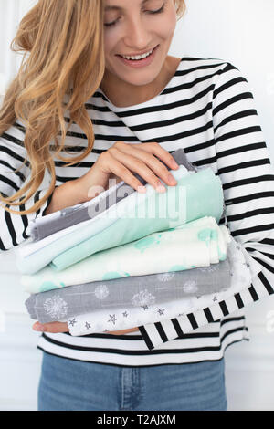 Woman holding pile de tissus Photo Stock