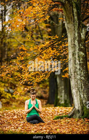 Young woman exercising outdoors Photo Stock