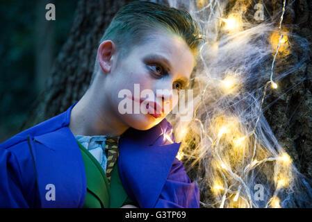 Un garçon vêtu de costume pour l'Halloween. Photo Stock