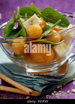 Salade de melon et d'épinards gorgonzola pousses (sujet: des salades d'été) Photo Stock