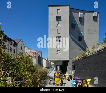 À partir de l'altitude au niveau de la rue avec sud cafe. Pálás Cinéma, Galway, Irlande. Architecte: dePaor, 2017. Photo Stock