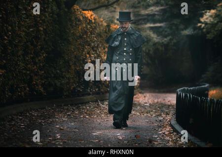 Un homme de l'époque victorienne est à marcher le long d'une allée à Oxford, Angleterre Photo Stock