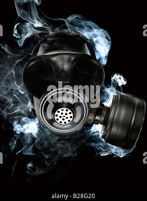 Un masque à gaz menaçante entouré de fumée secondaire Photo Stock