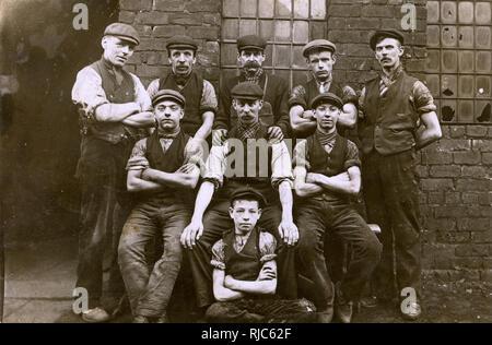 Les travailleurs de l'usine d'ingénierie Lancashire y compris un très jeune apprenti (au centre). Photo Stock